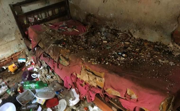 Mulher é retirada de casa com mais de 100 ratos e cerca de três toneladas de lixo em Belo Horizonte