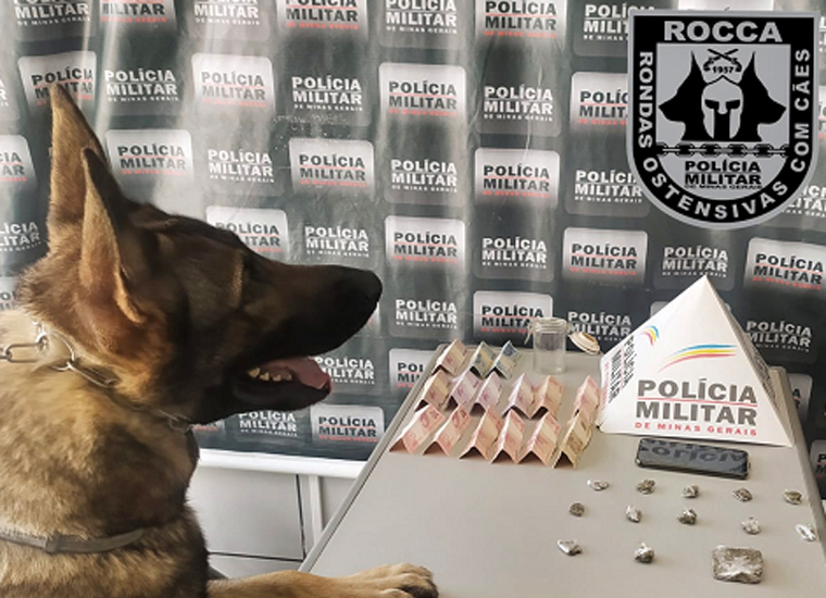 PM apreende droga escondida em moita de capim, no bairro Itapuã; dois homens são presos