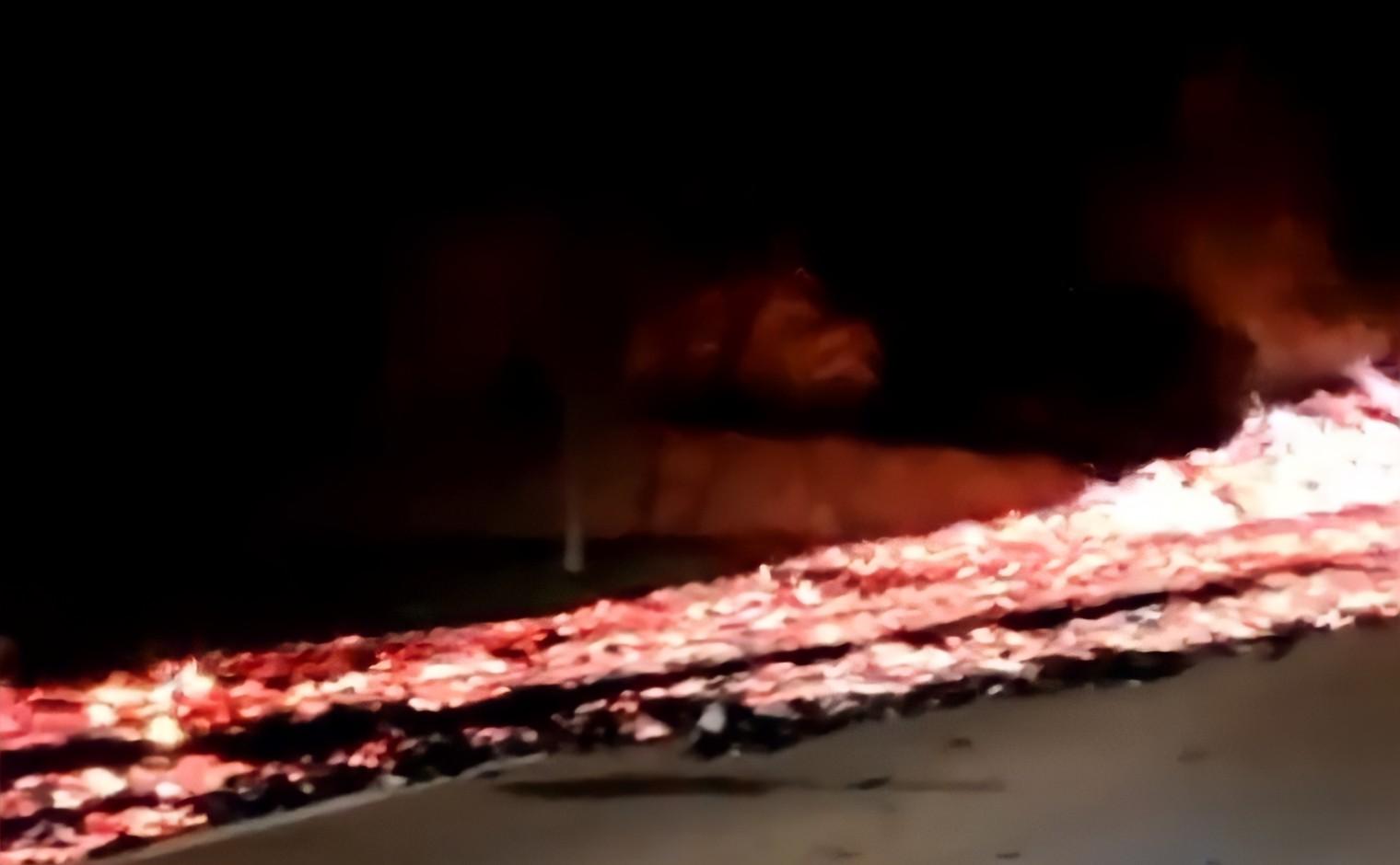 Caminhão carregado com carvão pega fogo e chamas se alastram pela BR-262; veja vídeo
