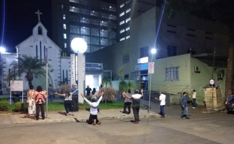 Pastores e líderes evangélicos se reúnem para orar na porta de hospitais de Sete Lagoas
