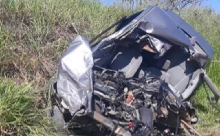 Motorista morre e passageira fica gravemente ferida em acidente entre carro e carreta na MGC-491