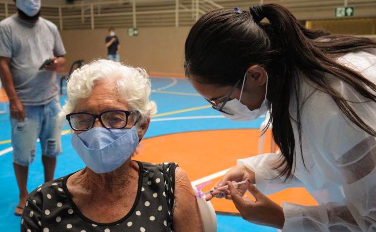 Idosos de 76 e 77 anos são vacinados e Sete Lagoas anuncia cronograma para idosos de 75 anos