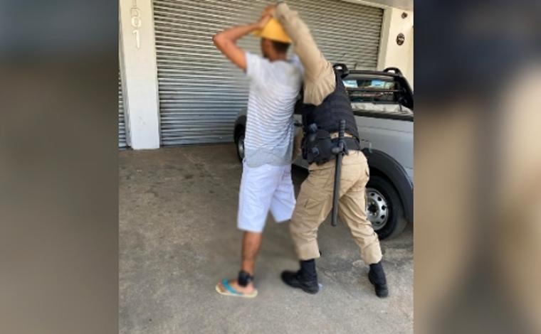 Homem com mandado de prisão em aberto é preso na rua Santa Juliana em Sete Lagoas