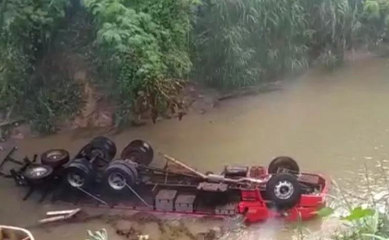 Caminhão cai em ribeirão da Mata às margens da MG-424, em Pedro Leopoldo