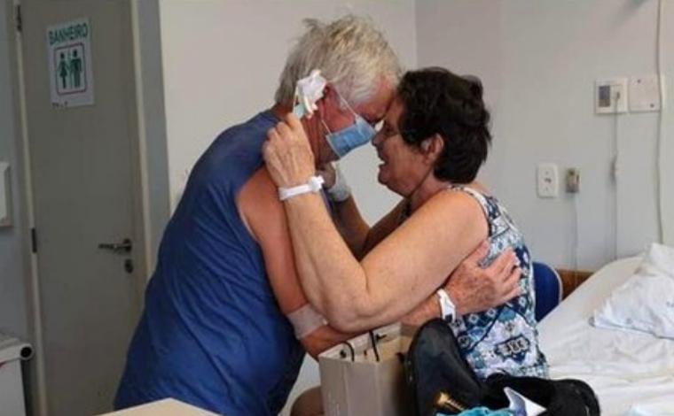 Casal internado com Covid-19 que se reencontrou após bilhete de amor recebe alta em Santa Catarina