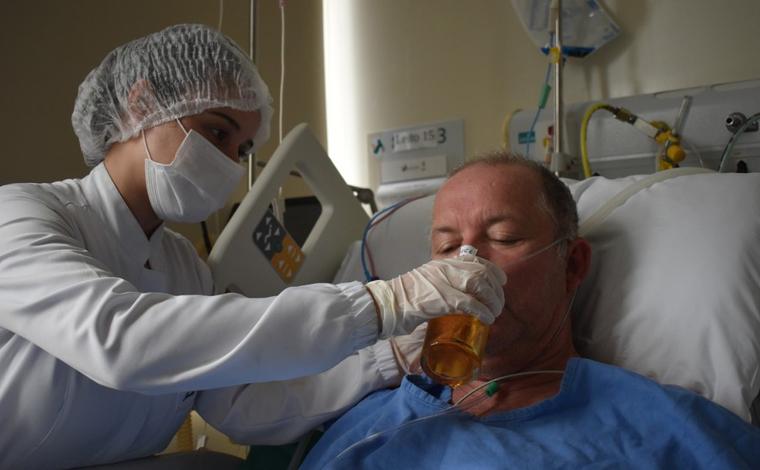 Paciente toma cerveja em hospital após ficar 18 dias internado com Covid-19 em UTI