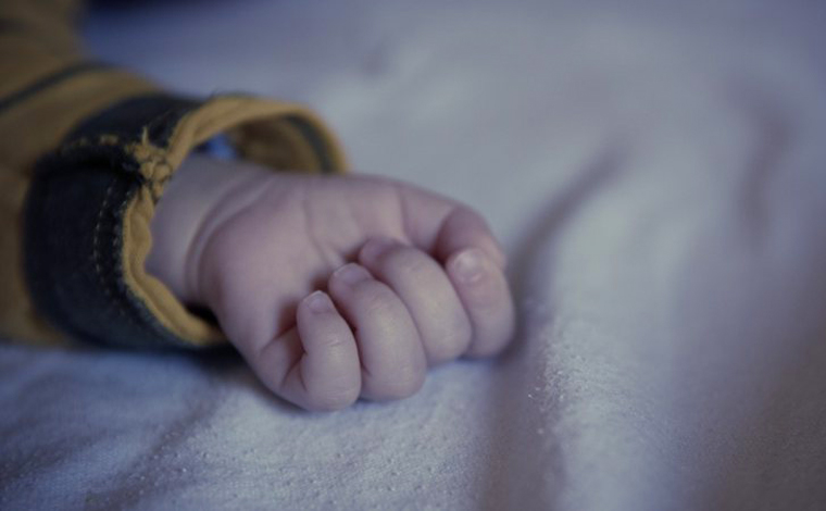 Recém-nascido é encontrado em matagal após ser abandonado ainda com placenta no interior de Minas