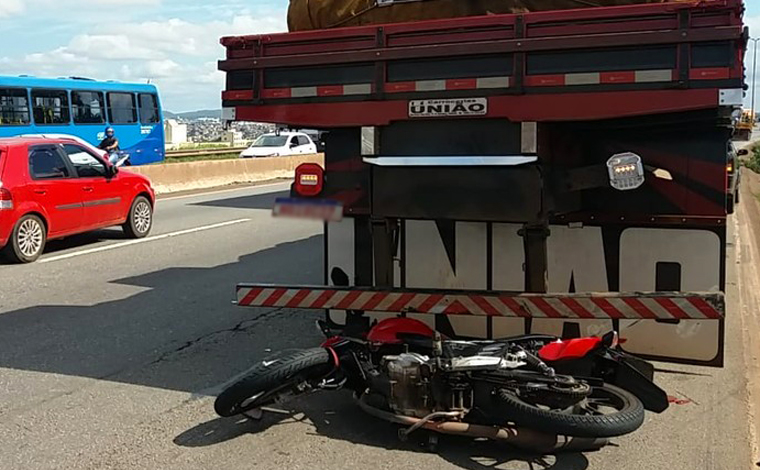 Motociclista morre após atingir traseira de caminhão parado no Anel Rodoviário de Belo Horizonte