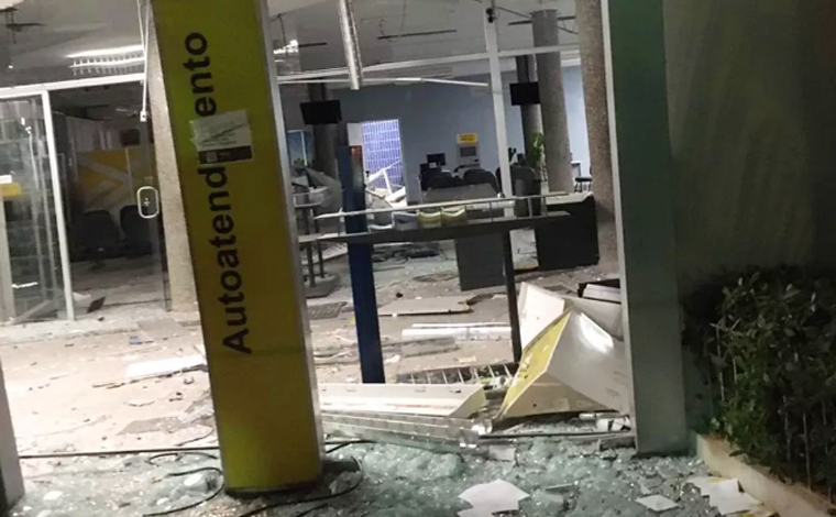 Quadrilha explode agência bancária e troca tiros com Polícia Militar no interior de Minas