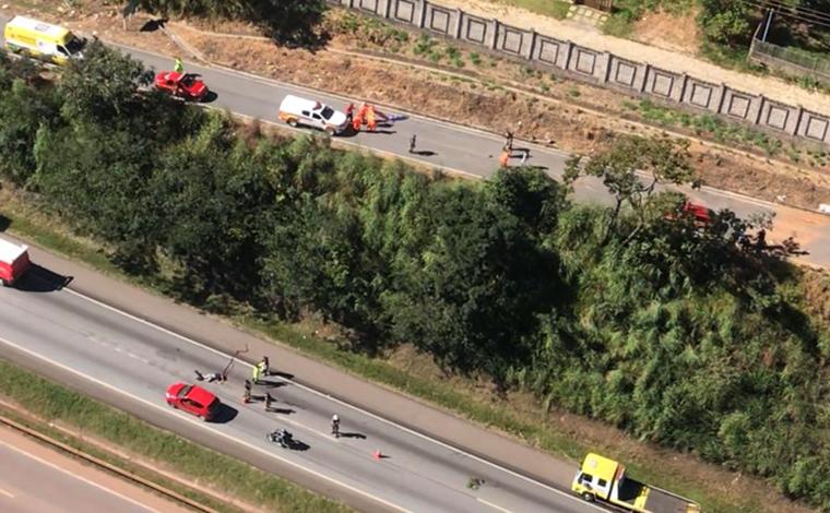 Duas pessoas são arremessadas para fora do carro e morrem em acidente na BR-040