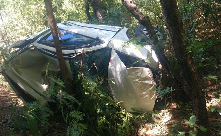 Dois jovens morrem após carro capotar em ribanceira de 13 metros na MGC-496