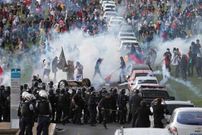 Alheio à tragédia da Chapecoense, Congresso aprova medidas polêmicas
