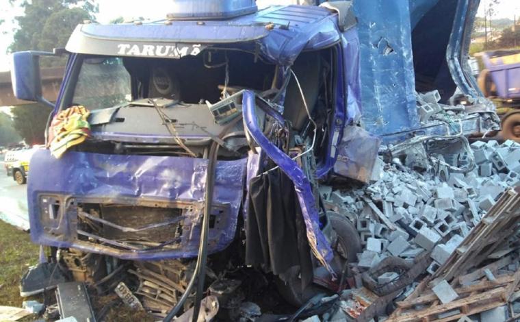 Acidente entre carretas mata uma pessoa e deixa outra ferida na BR-040
