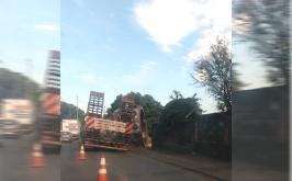 Peça enorme se desprende de carreta e complica trânsito  na MG-424 em Prudente de Morais