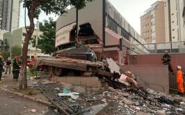 Caminhão invade centro comercial no Buritis, em BH, e motorista morre na hora