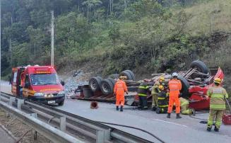 Caminhão tomba em Nova Lima e uma pessoa morre