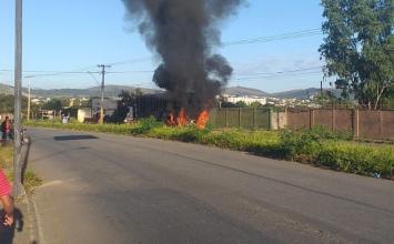 Carro bate em carreta e pega fogo em Sete Lagoas