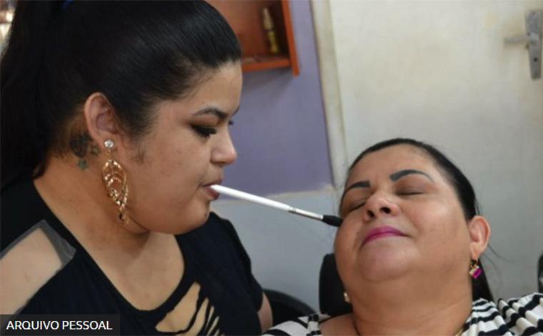 A mineira sem movimento dos braços que realizou o sonho de virar maquiadora