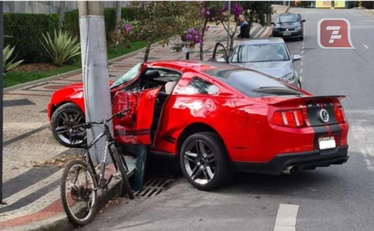 Motorista passa mal e bate carro de luxo em poste na Zona Sul de BH