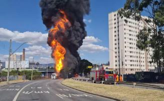 Caminhão-tanque carregado com 25 mil litros de combustíveis explode em Contagem