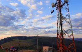 Homem sofre acidente durante voo de parapente e fica preso em antena na Serra da Moeda