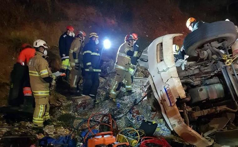 Motorista morre após tombar caminhão com reciclados na BR-381 em Brumadinho