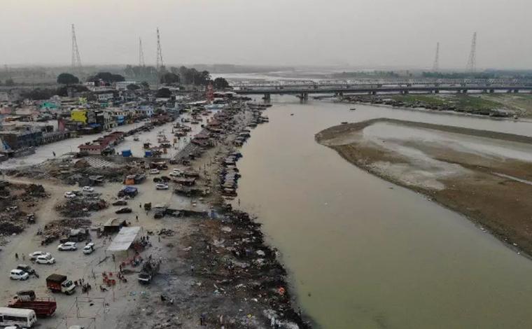 Mais de 70 corpos de vítimas da Covid-19 são encontrados em rio da Índia após colapso