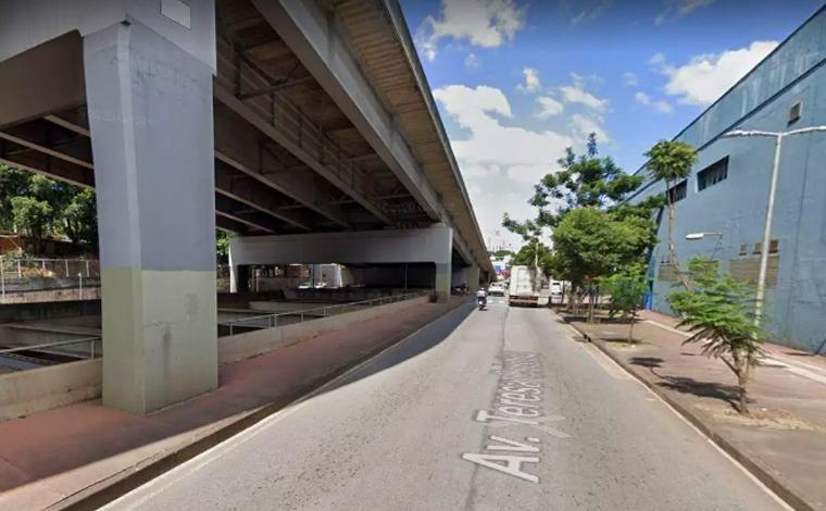 Motociclista fica gravemente ferido após bater em carro e cair de viaduto em Belo Horizonte