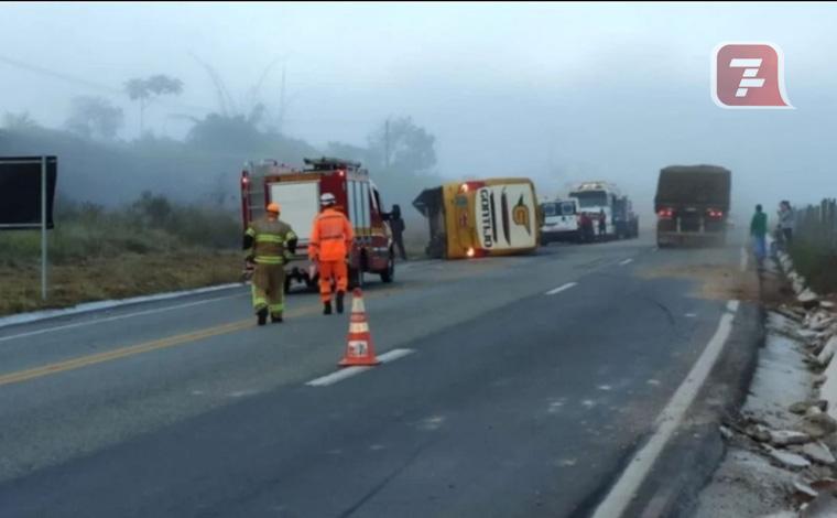 Ônibus capota na BR-381, mata uma pessoa e deixa nove feridos em MG