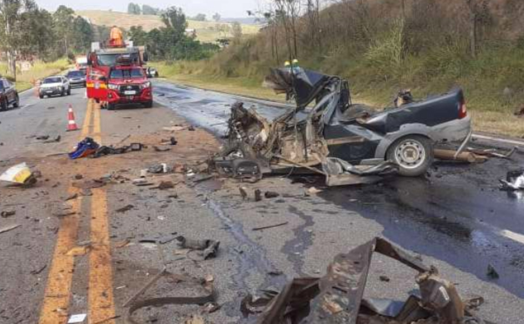 Mulher morre e uma pessoa fica gravemente ferida em acidente entre caminhonete e ônibus na BR-040