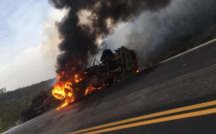 Motorista morre carbonizado após perder o controle da direção e tombar carreta na BR-381