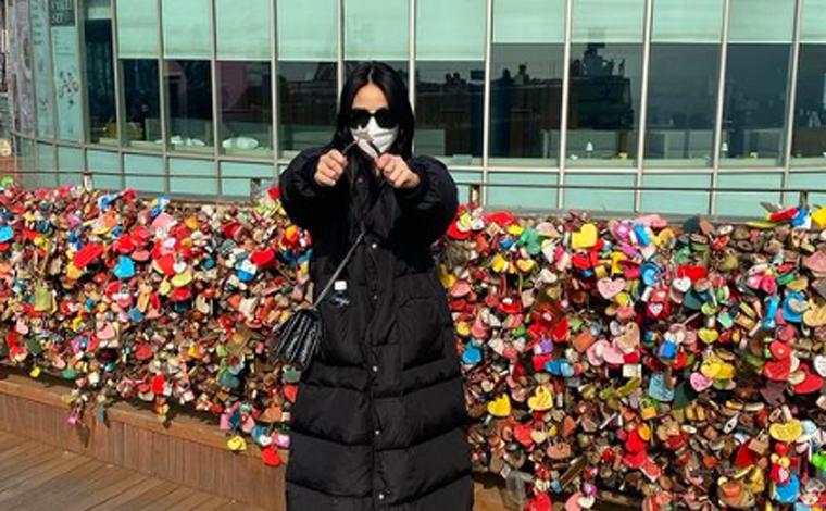 Mulher viaja 9.500 km só para retirar cadeado em 'muro do amor' após fim de relacionamento