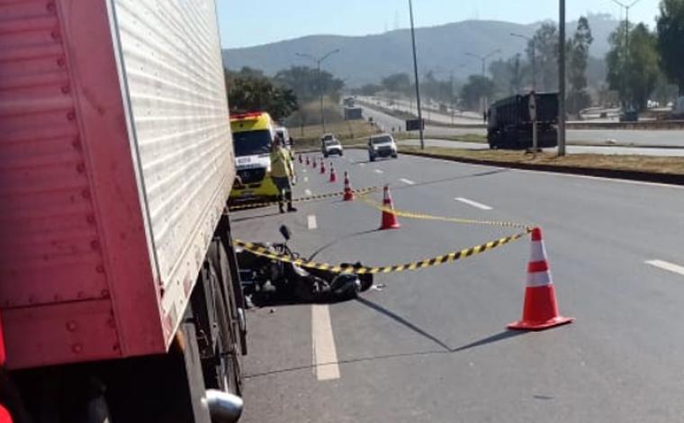 Motociclista morre após colidir em traseira de caminhão na BR-040 próximo a Gruta Rei do Mato