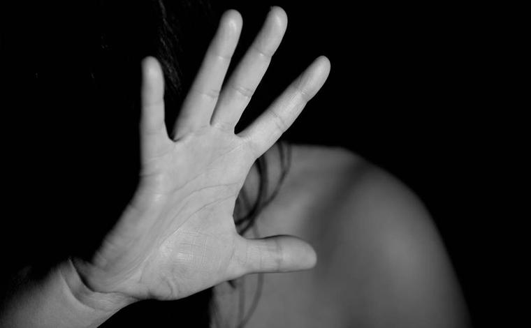 Jovem tem crise de ansiedade ao bater carro e em seguida é arrastada e estuprada por dois homens