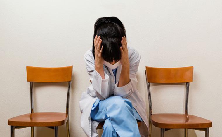 Do medo da covid-19 à desolação: enfermeiros enfrentam danos psicológicos do trabalho na pandemia