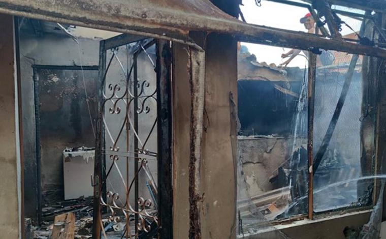 Corpo de homem é encontrado em casa atingida por incêndio na Grande BH