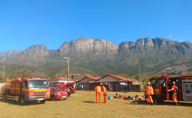 Bombeiros resgatam escaladores que ficaram presos em pico de Catas Altas em Minas Gerais