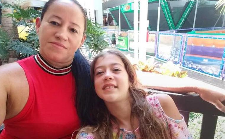 Jovem mata mãe e irmã a facadas enquanto elas dormiam e depois se entrega a polícia