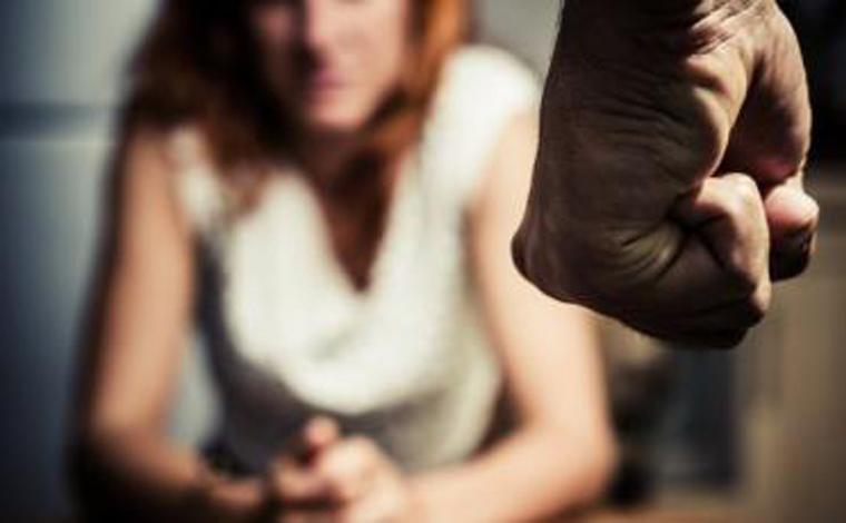 Para escapar do marido, mulher pula de carro em movimento após ser torturada por ele