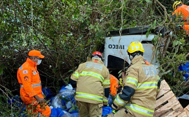 Motorista morre em acidente entre carreta e caminhonete na BR-365, no Triângulo Mineiro