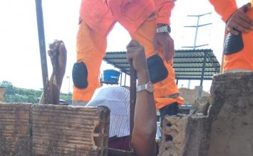 Idosa tenta pular muro da casa do filho e fica 'entalada' entre portão e telhado em BH
