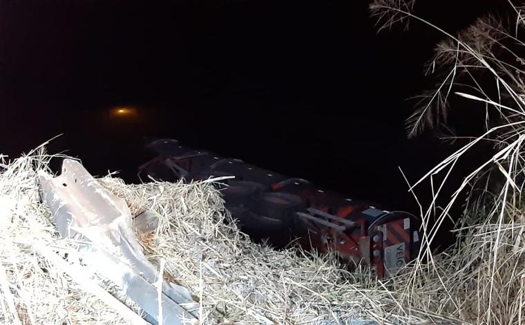 Carreta bitrem carregada com etanol atropela pescador e cai da ponte do rio Araguari na BR-365