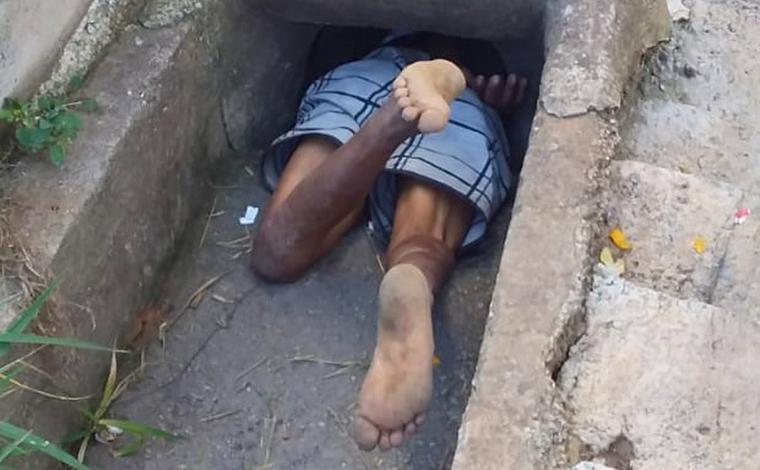 Idoso embriagado é resgatado após cair e ficar entalado em bueiro de cidade mineira