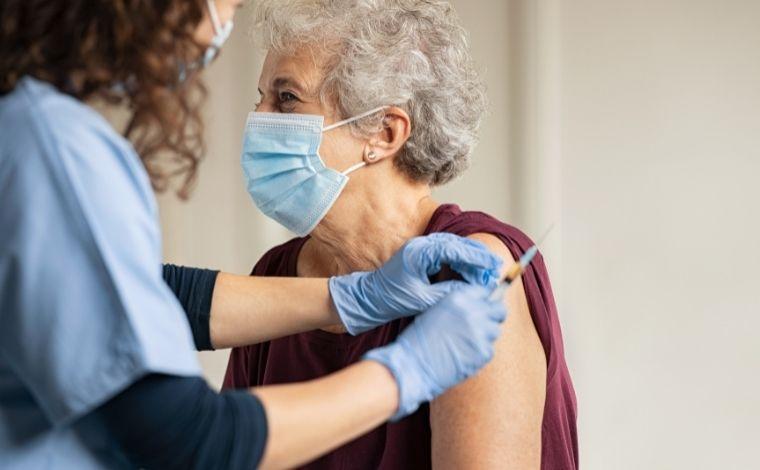 Vacinação de Covid evita 43 mil mortes de idosos em 13 semanas no país