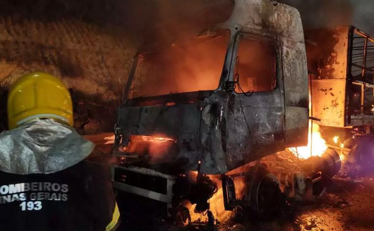 Carreta pega fogo na BR-040 próximo à praça de pedágio de Capim Branco; veja vídeo