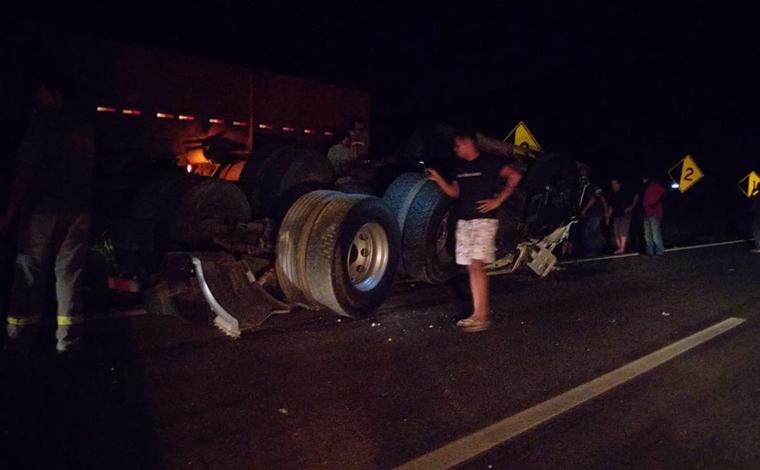 Motorista de carreta que transportava cimento morre em acidente na BR-381, em Brumadinho